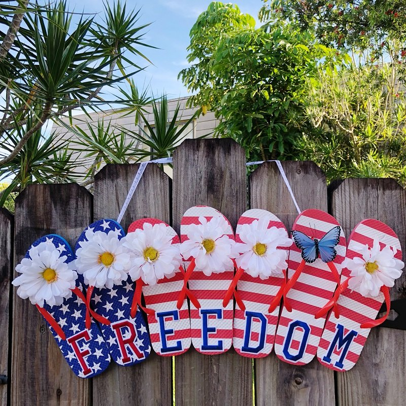 Recycled crafts door hanger made from patriotic flip flops - come see how to make this super cute home decor!